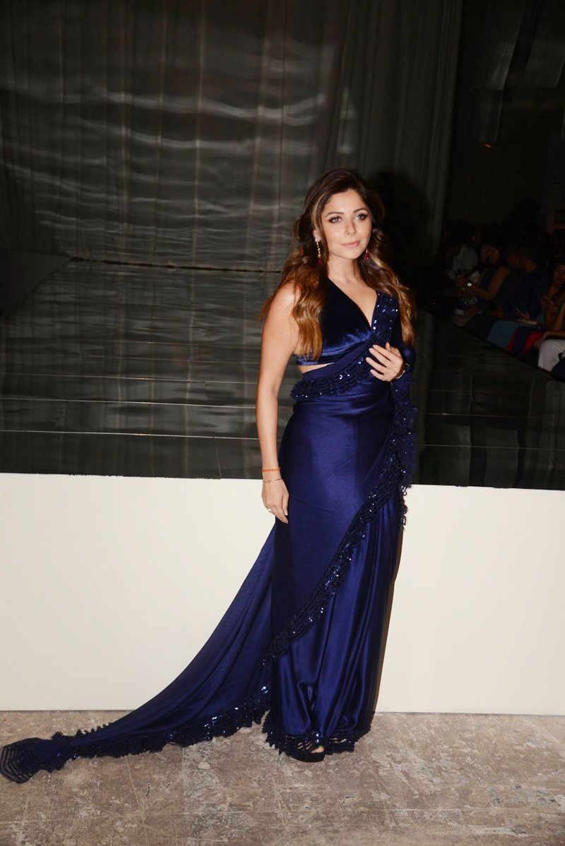 Kanika Kapoor slays in Blue Gown at the LFW 2019<
